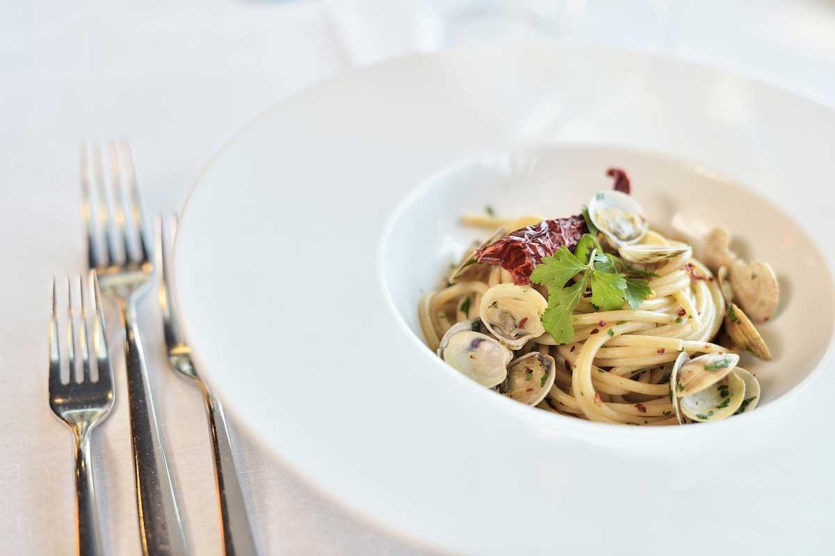 Spaghetti di saragolla con paparazze e polvere di peperone dolce